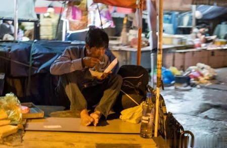 越南人不一樣的夜晚,有錢的叫夜生活,沒錢的叫晚上謀生活!